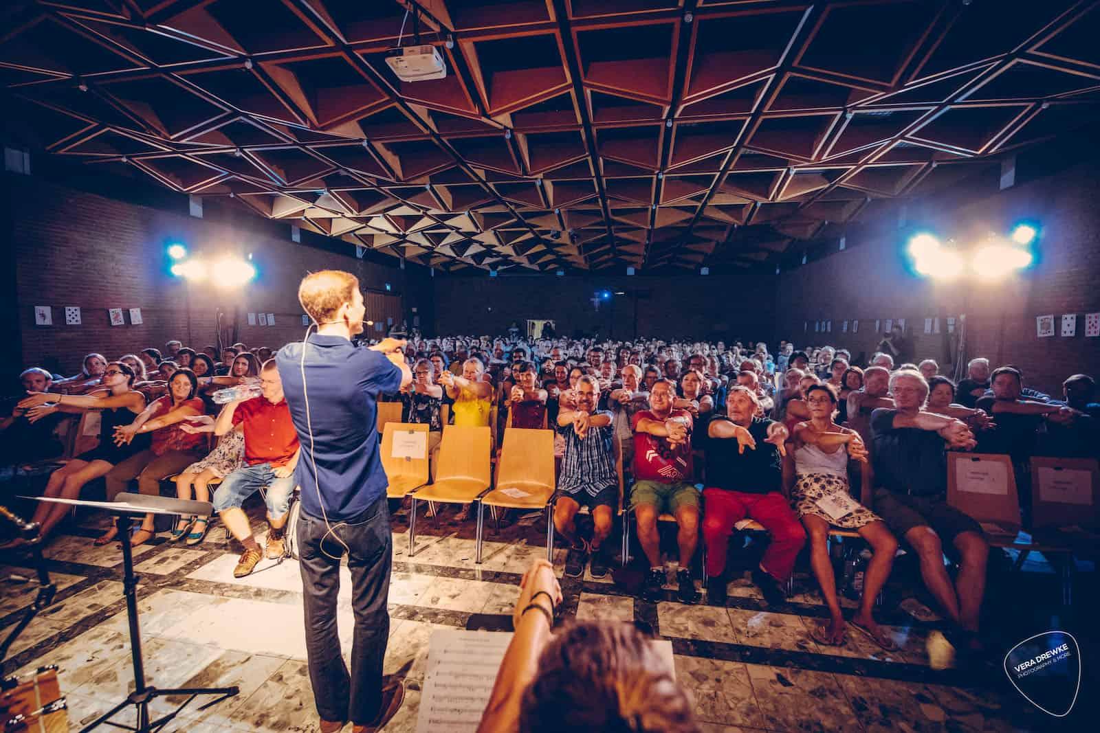 Zauberer Dominik Fontes vor großem Publikum