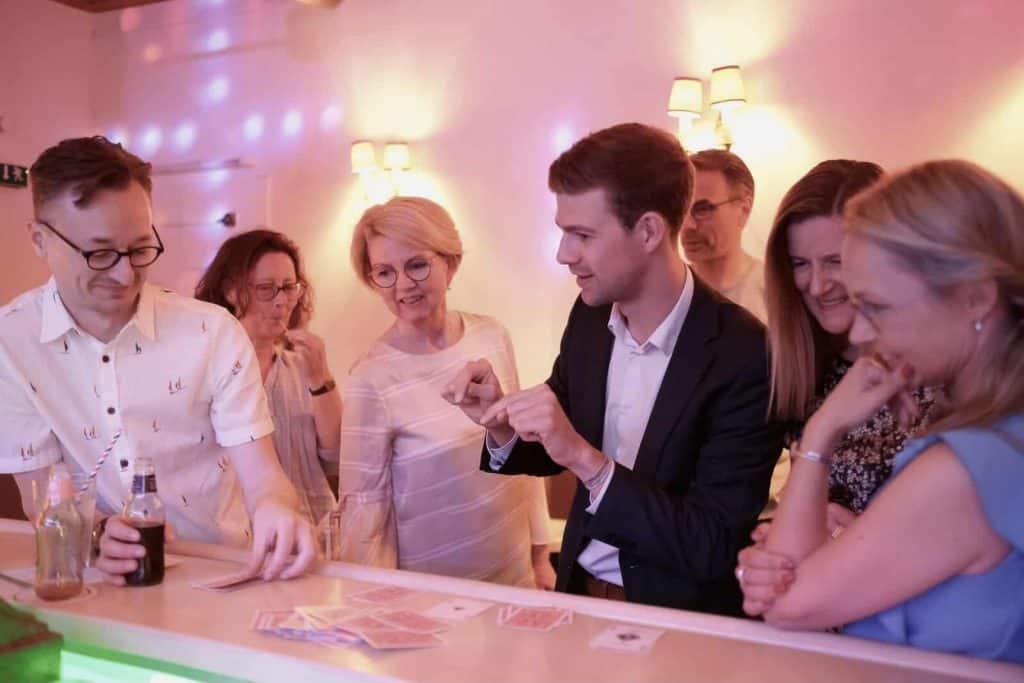 Zauberer Dominik Fontes mit Publikum beim zaubern