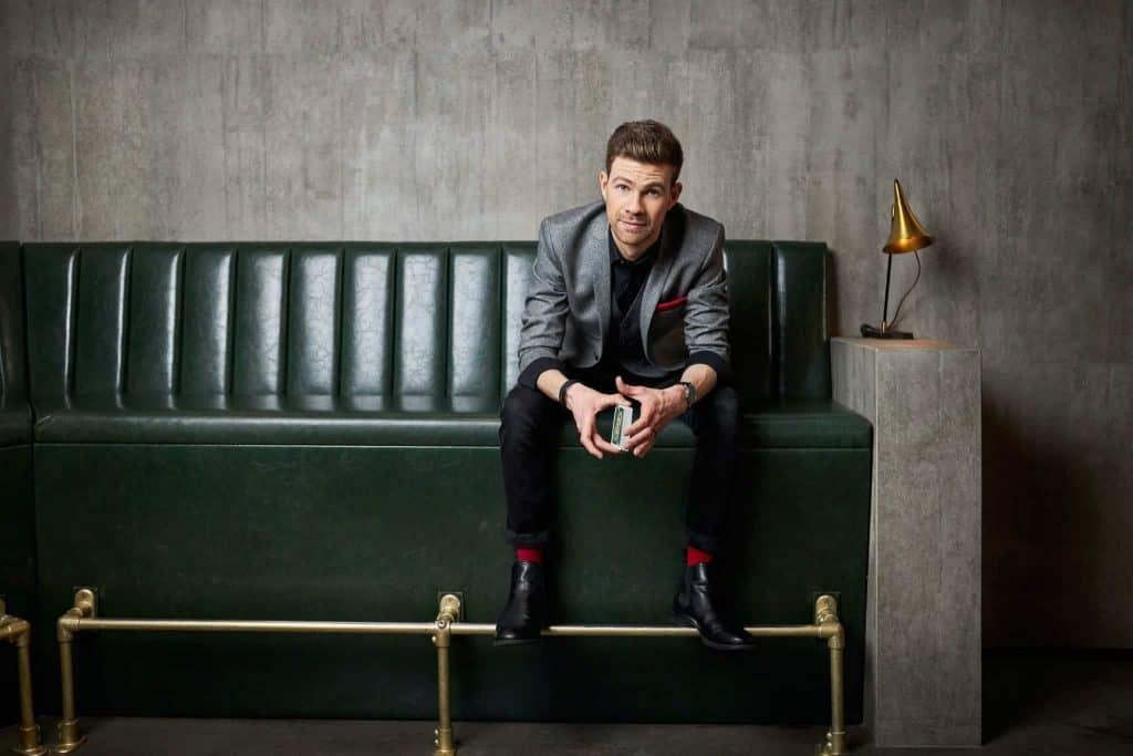 Zauberer Dominik Fontes Pressebild auf einer Couch