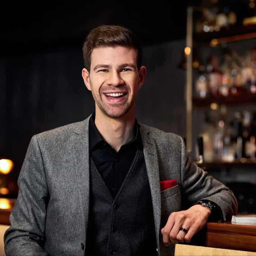 Portrait in Bar von Dominik Fontes