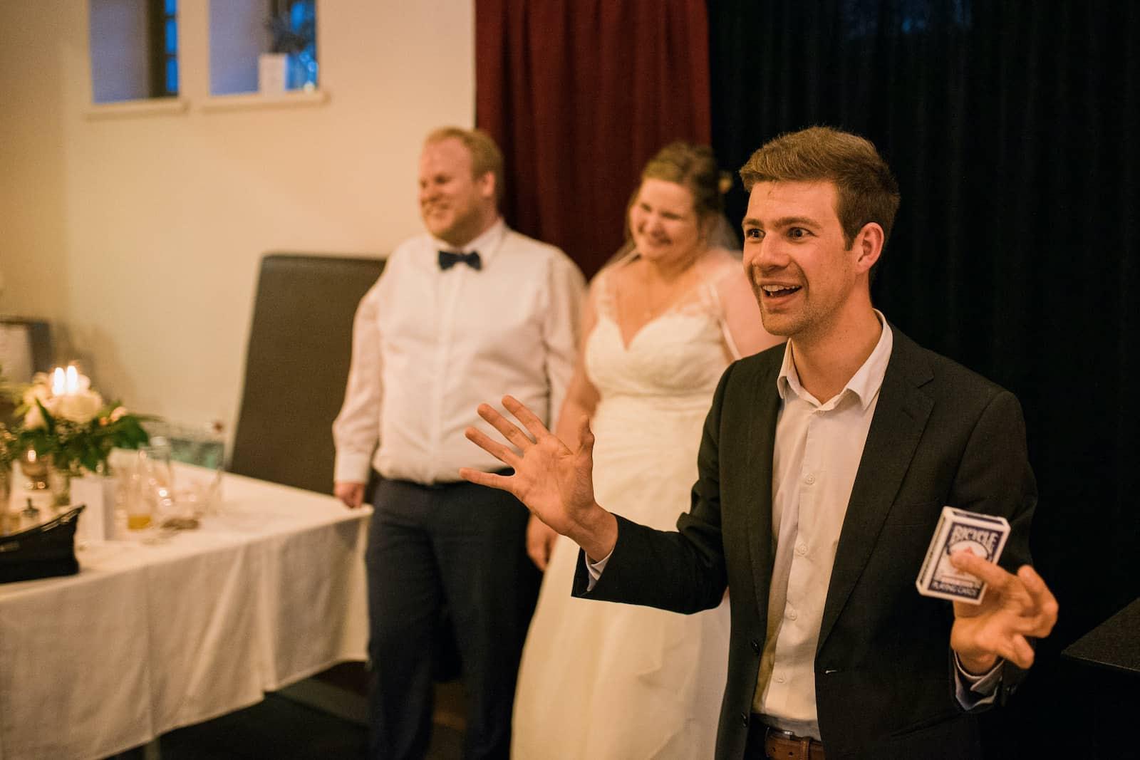 Zauberkünstler Dominik Fontes auf der Bühne bei einer Hochzeit buchen