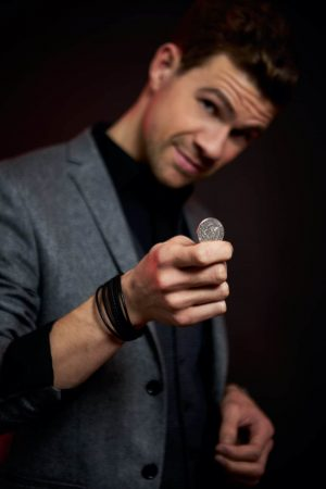 Zauberkünstler Duisburg Dominik Fontes mit einer Münze am zaubern