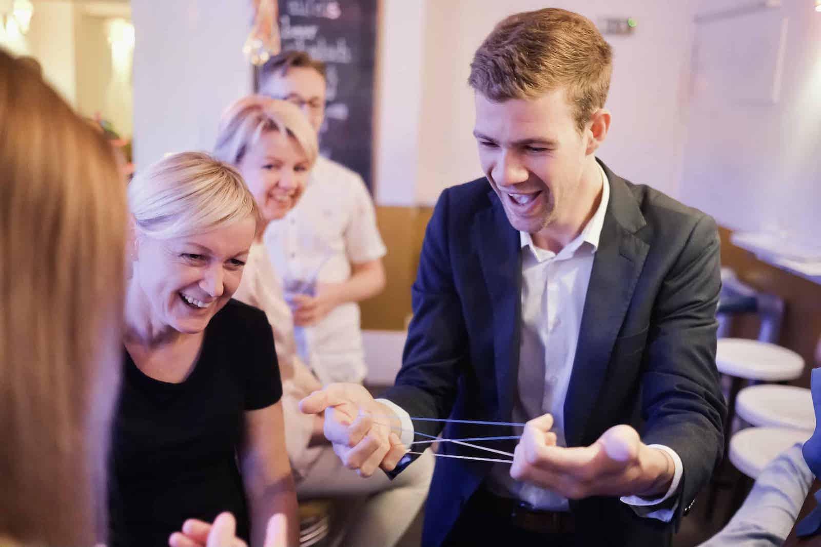 Zauberer Leverkusen mit Publikum beim zaubern